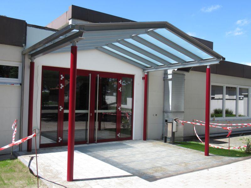 jedesheim vordach aus glas und stahl metallbau luksch. Black Bedroom Furniture Sets. Home Design Ideas